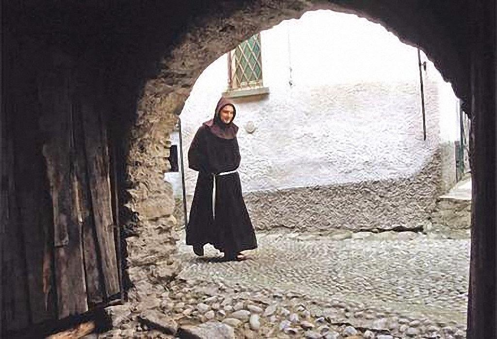 Frade franciscano numa velha rua medieval