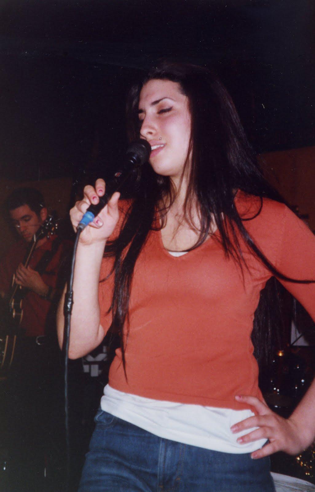 http://3.bp.blogspot.com/-fpZXM_jRDRk/Ti10Q40Mu8I/AAAAAAAADuo/21uWcmBhHTU/s1600/Amy%2BWinehouse3.jpg