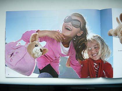 Mädchen mit Sonnenbrille und Plüschhund in Tasche