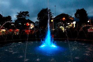 Air Mancur Warna biru di Alun ALun Kota Batu