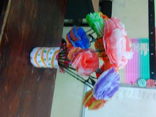 di atas merupakan bunga yang terbuat dari tas kantong plastik bekas