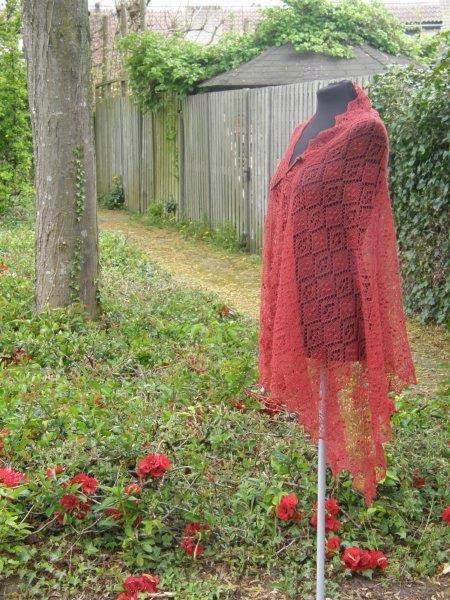 TE KOOP: grote roodbruine shawl.