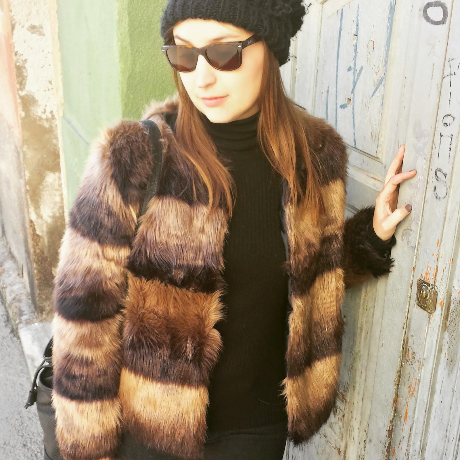 los abrigos de pelo nos invaden esta temporada, en este caso es de stradivarius en tonos marrones y corto, ideal para dar juego a diferentes tipos de outfits.