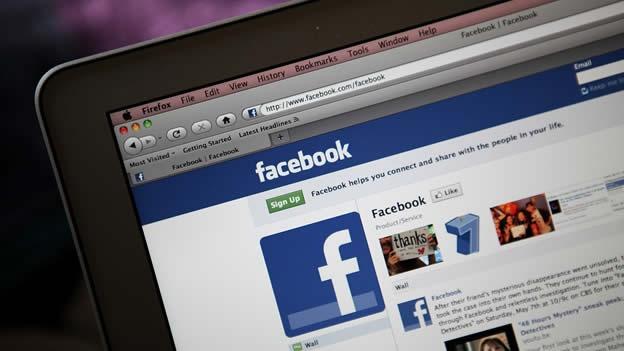 """(CNN) — El teletipo de Facebook, el pizarrón de rápida actualización que muestra casi todo lo que están haciendo tus amigos, está listo para empezar a venderte cosas. Las 'historias patrocinadas' —en otras palabras, los mensajes por los que alguien pagó— comenzarán a aparecer en el feed en la esquina superior derecha de las páginas de inicio. Un portavoz de Facebook confirmó que los cambios están en camino. """"Recientemente, hemos hecho algunos cambios en Facebook que ayudan a aflorar el contenido más atractivo, ya sea pagado u orgánico, para la gente que usa Facebook"""", dijo el portavoz Andrew Noyes en"""
