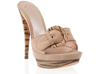Zueco o Mule. Zapato sin talón o sujeto solo por una tira o hebilla 4f52ff096d02
