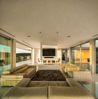 Sala con amplios ventanales a ambos lados
