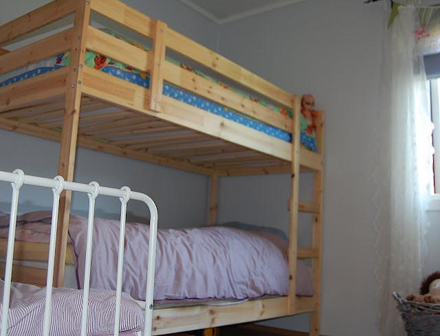 Huset med de ni: 3 barn p? ett rom.