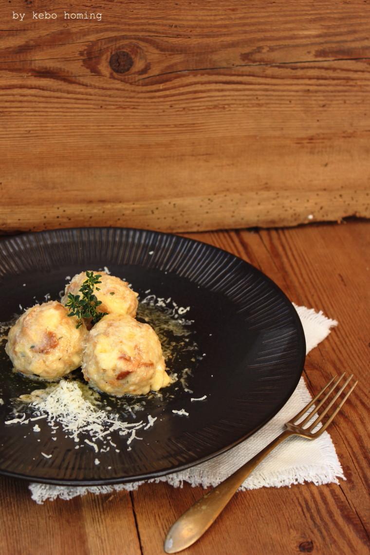 Eine Südtiroler Spezialität Kasknödl bzw. Käseknödel ein Rezept vom Südtiroler Foodblog kebo homing, Foodstyling und Fotografie