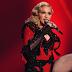 Madonna se cayó durante su presentación en los Brit Awards