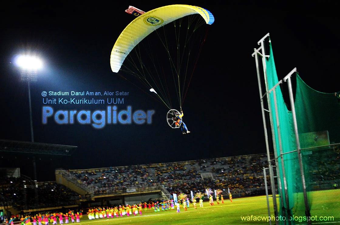 persembahan paraglider Unit ko-Kurikulum UUM