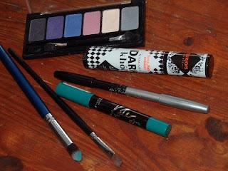 Productos utilizados para maquillaje en verde con jumbo