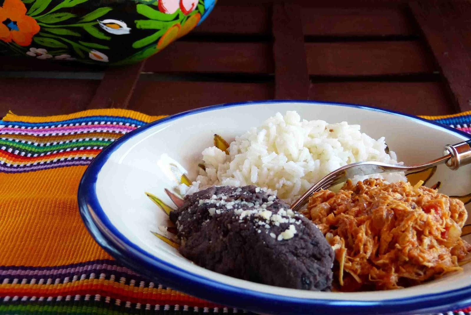 Plato con ingredientes para prepararse los tacos
