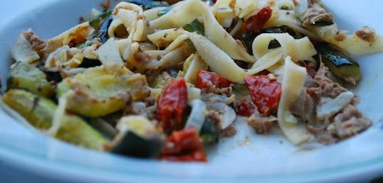 Tagliatelle z tuńczykiem, cukinią i suszonymi pomidorami