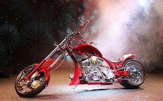 Rode custom motorfiets met rook tijdens opening