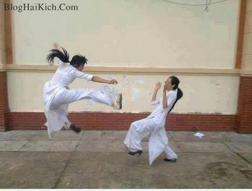 Hình ảnh 2 nữ sinh mặc áo dài đánh nhau hài hước