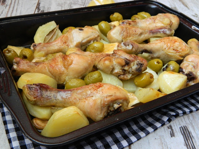 Pulpe de pui cu cartofi si masline