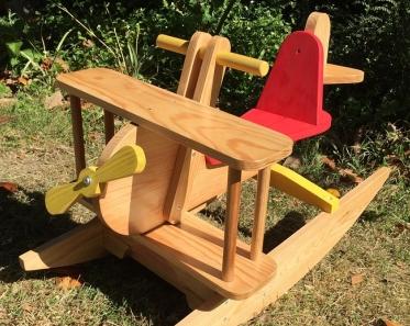 Foto de avión de madera de juguete