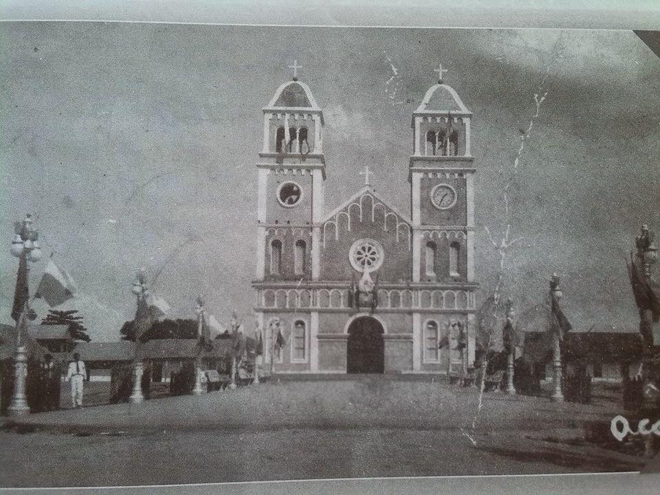 Esta era nuestra iglesia en los años 30s (fachada original. Aquí aún no se habían instalado los escaños, éstos se instalaron en el año de 1.939)