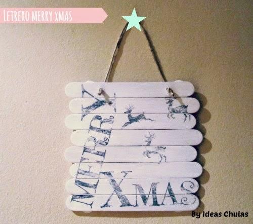 Presentación de letrero de Navidad Merry Xmas colgado en la pared