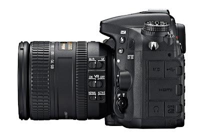 La Nikon D7100 fotografata dal lato sinistro