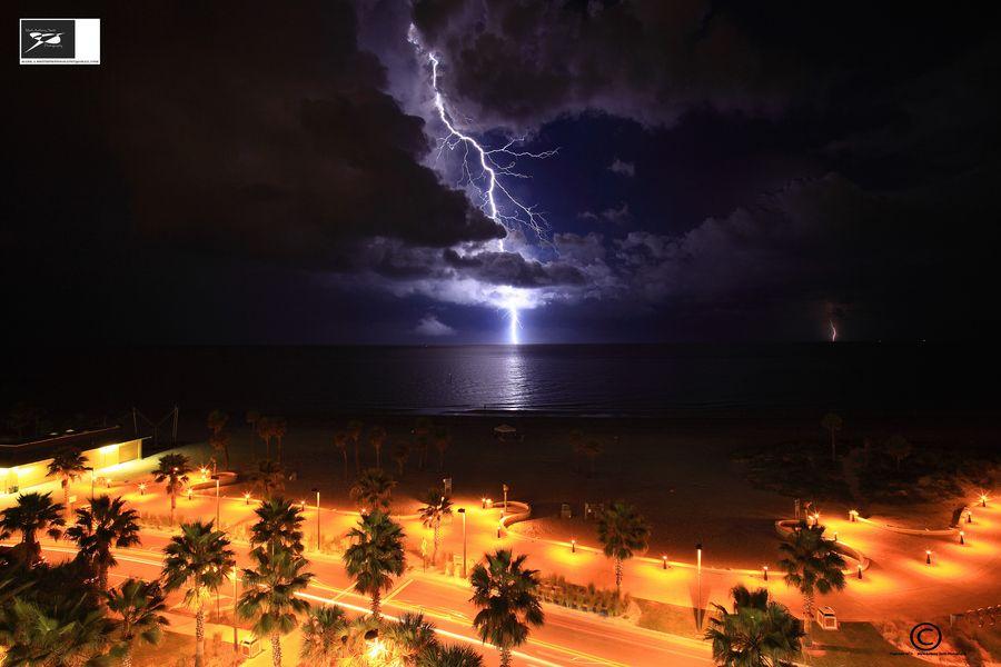 24. Clwtr Bch lightning show