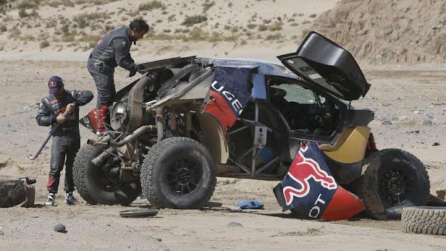 Nell'immagine la Peugeot 2008 DKR di Sebastien Loeb dopo il ribaltamento durante la tappa di lunedì. Foto: corrieredellosport.it