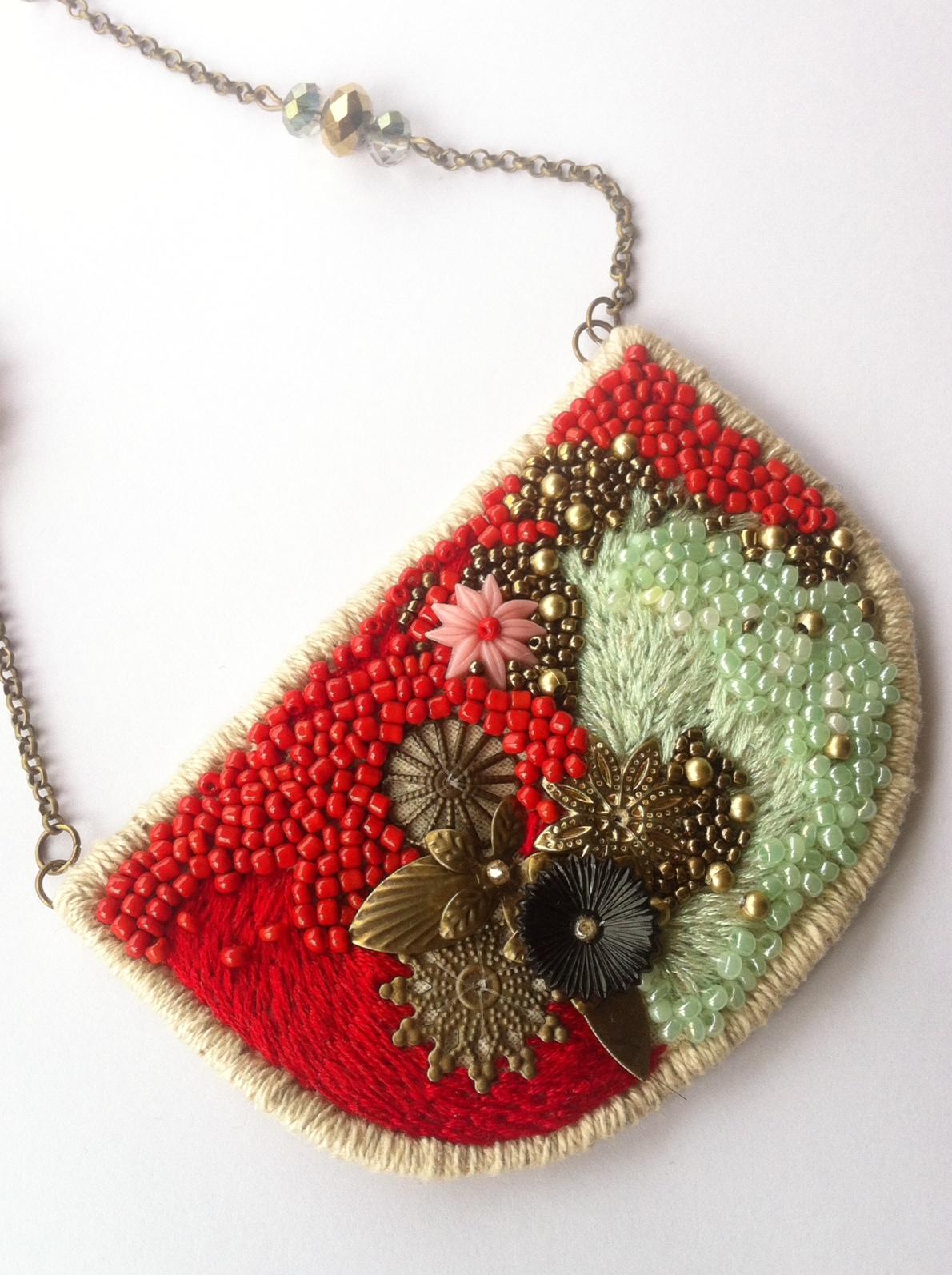 Collar bordado a mano con hilo de algodón, metalizado, mostacillas y piezas de latón. Cadena con cristales chinos. No disponible.