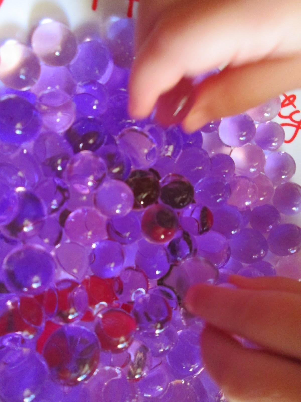 actividades sensoriales Jugar con bolitas de gelatina