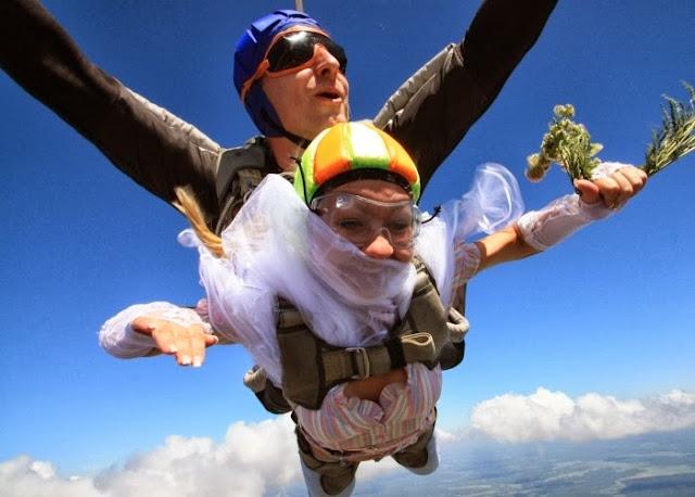 жених и невеста на парашюте