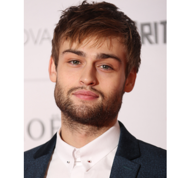 El actor Douglas booth con barba