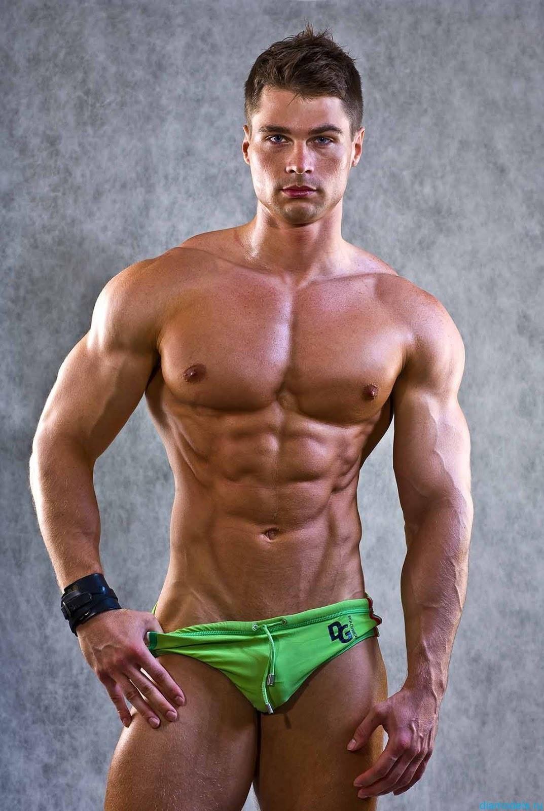 Фото одного и того же мускулистого парня 10 фотография