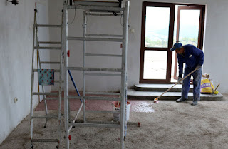 Sally treating the floor with betonkontakt