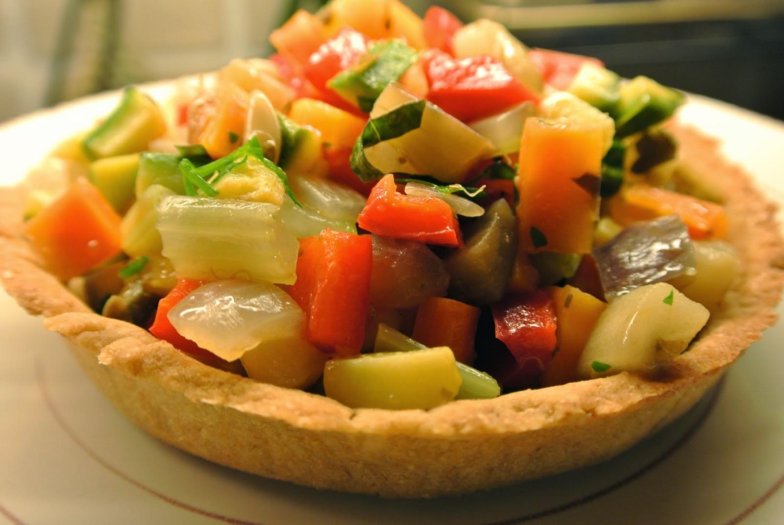 caponata di verdure miste su pasta brisè