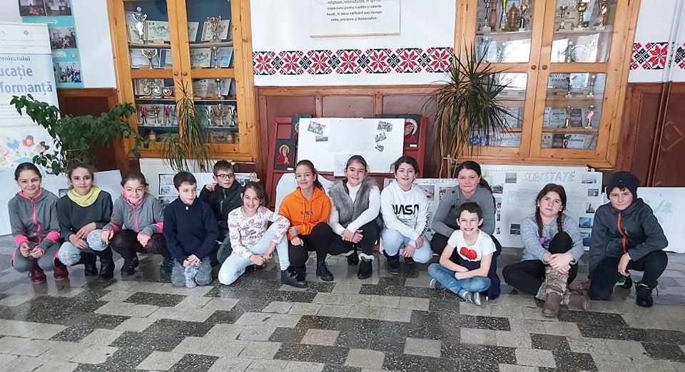 Elevii clasei a V-a, realizatorii proiectului COMUNA NATALĂ (2020.02), prof. Claudia Ardelean