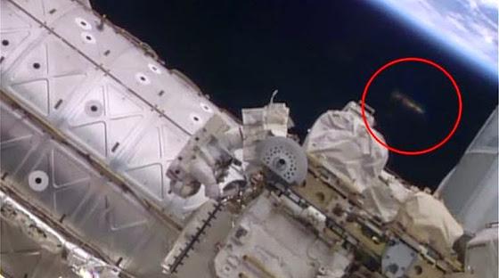 Άγνωστο Ιπτάμενο Αντικείμενο παρακολουθεί τους αστροναύτες στο διάστημα! (βίντεο)