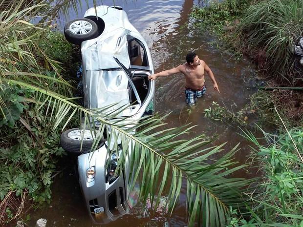 Médica perde controle de carro e cai de ponte de quatro metros de altura, em Aratuípe (Foto: Marcus Augusto/Site Voz da Bahia)
