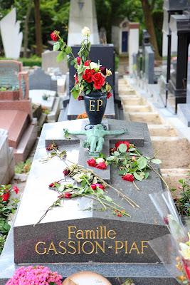 Tomba di Edith Piaf con le rose dei fan nel cimitero di Pére Lachaise a Parigi