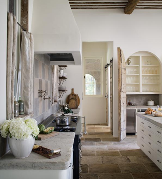 ... interni bianchi e lini tono su tono, antichi tavoli in legno e camini