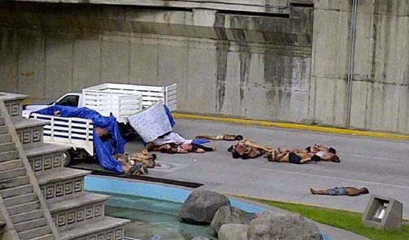 Mexican drug lords dump 35 dead bodies on road as they wave guns ...