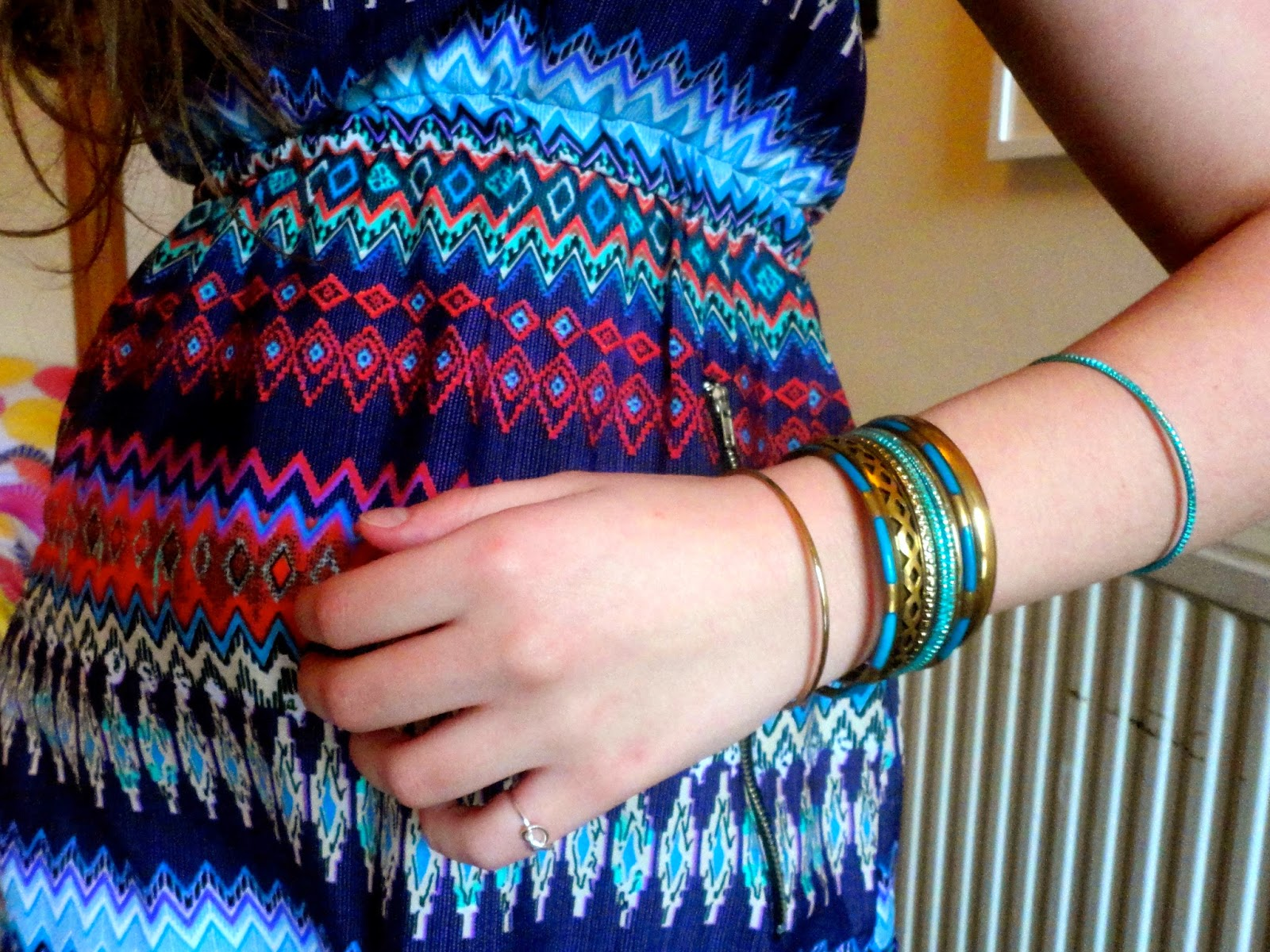 Tropical | outfit jewellery details of blue and gold bangles
