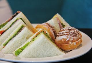 sandwich au thon, tomates, anchois, câpres, citron, estragon, salade