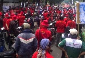 Demo Buruh Menolak UMP DKI 2015 Jakarta 2,7 Juta, Mereka Menuntut Menjadi 3 Juta-an