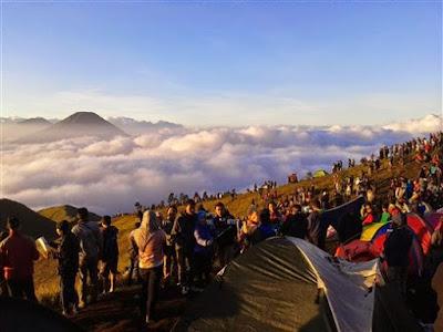 Ramainya Puncak Gunung Prau Dieng
