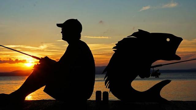 Fotógrafo se diverte com silhuetas de papelão no Pôr do Sol