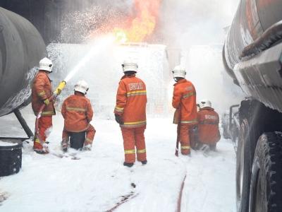 Gambar Anggota Bomba Cedera Terbakar
