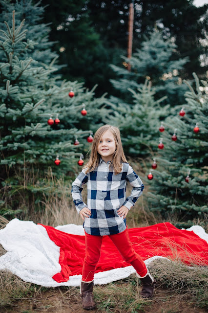 spotted stills, jenn pacurar, christmas tree, christmas tree farm, holiday photos, christmas photos, family holiday photos, ornaments