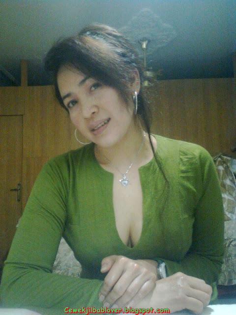 Foto Skandal Tante Nancy, Bekerudung Butuh Belaian Sayang