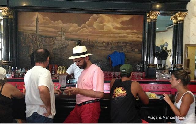 homem fumando charuto no bar El Floridita