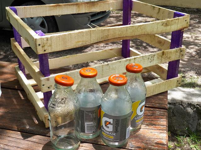 Haciendo manualidades reciclado de botellas y caj n de madera for Manualidades con cajones de madera
