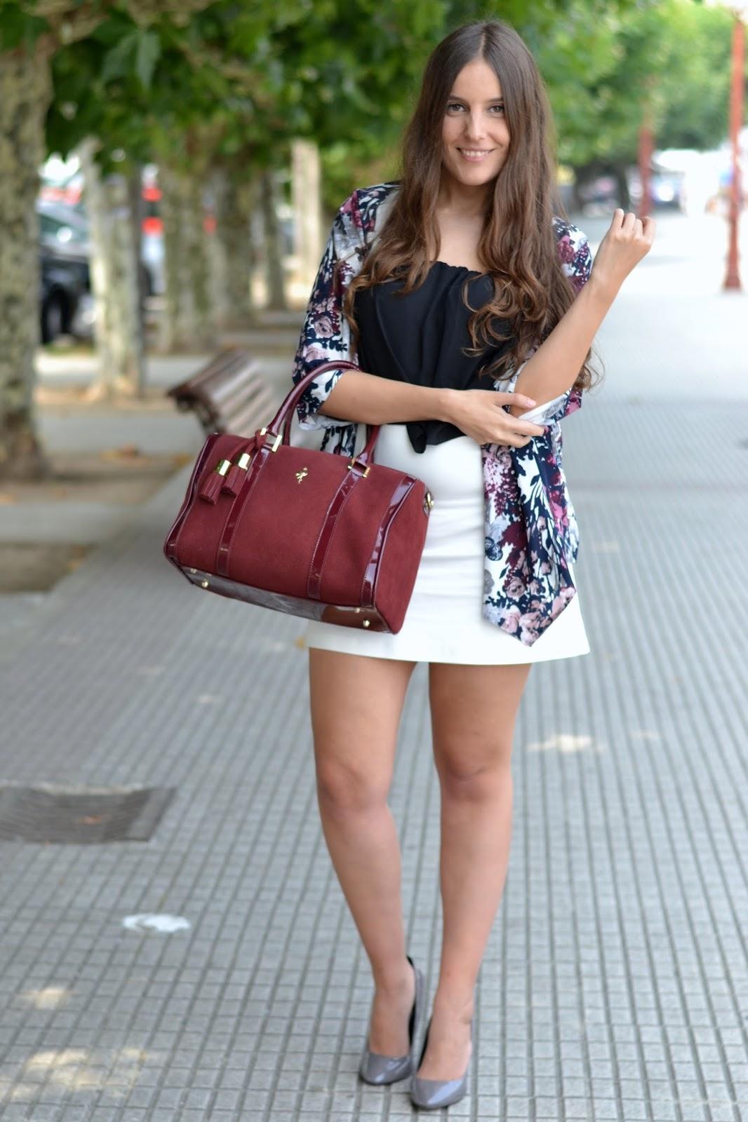crop top, kimono, zapatos charol y bolso burgundy